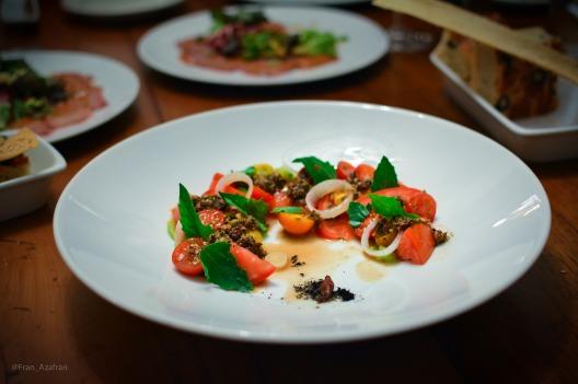 Ensalada de jitomate, chapulines, vinagreta de chorizo verde
